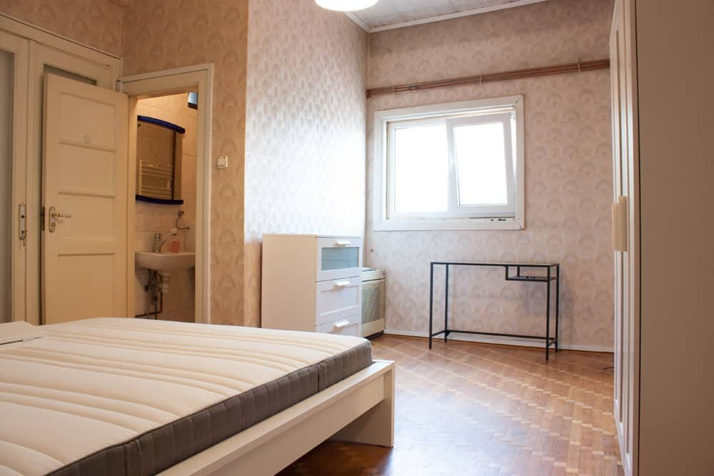 bedroom with creme wallpaper