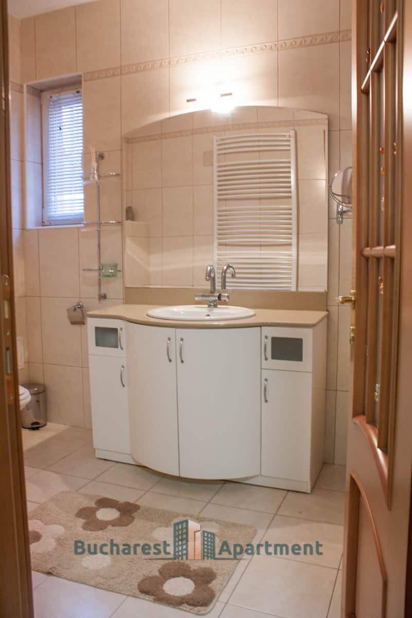 creme color bathroom