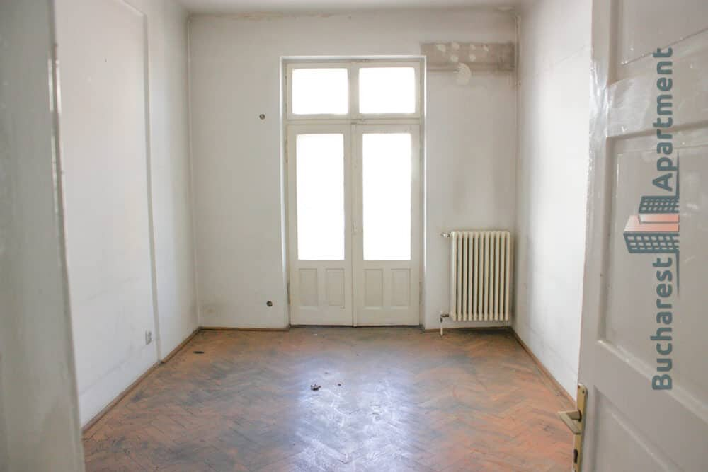 empty bedroom with old parquet