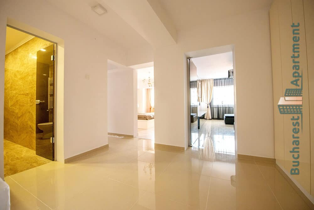 white entrance hall in Unirii apartment