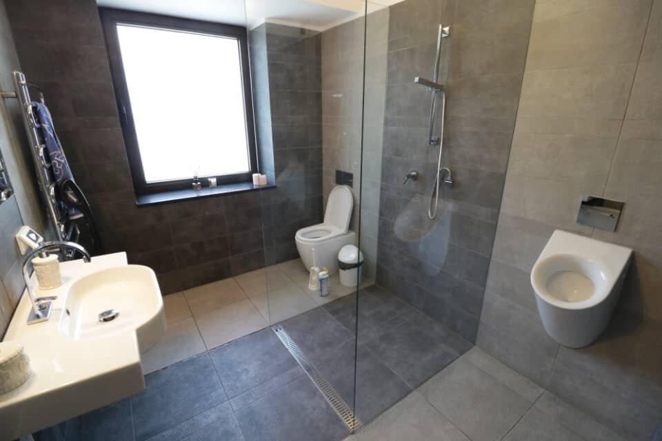 Grey tiles bathroom